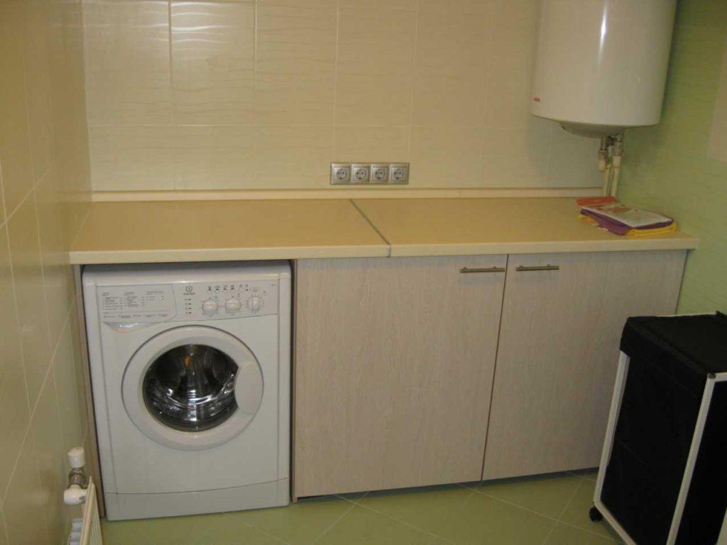 При установке еще одной встроенной техники, рекомендуется стиралку встраивать через несколько шкафчиков.