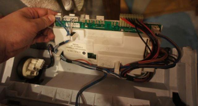 На стиральной машине мигают все индикаторы, машина не работает