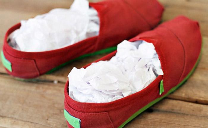 Для лучшей просушки набейте внутрь скомканную белую бумагу.