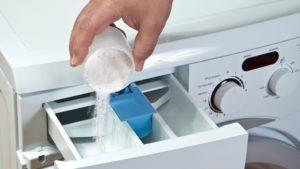 В стиральной машине остается много пены