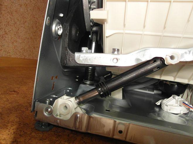 Что делать, если в стиральной машине болтается барабан