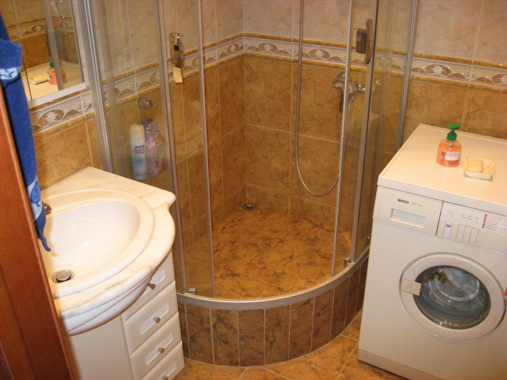 Можно заменить ванную душевой кабиной
