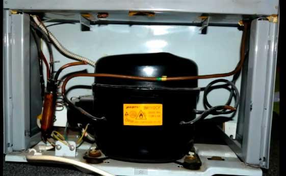 Морозилка работает, а холодильник нет — в однокопрессорных моделях