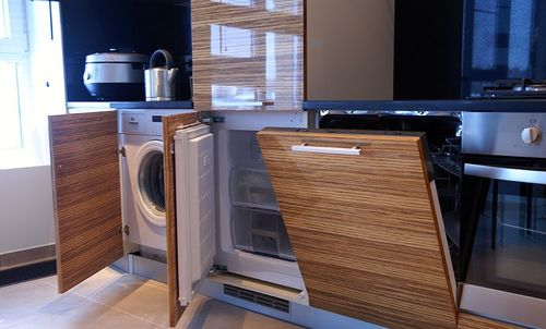 Пример кухонного гарнитура с установкой полновстраиваемых моделей техники под фасады