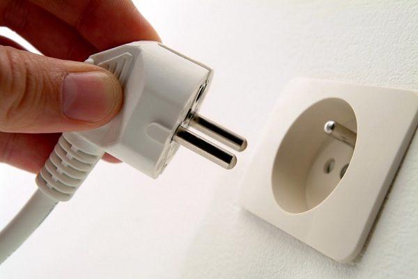 Если посудомоечная машина не выключается самостоятельно, ее необходимо отключить от электропитания