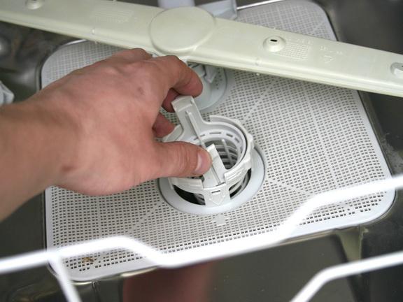 Отсоединение сливного клапана внутри посудомоечной машинки Электролюкс