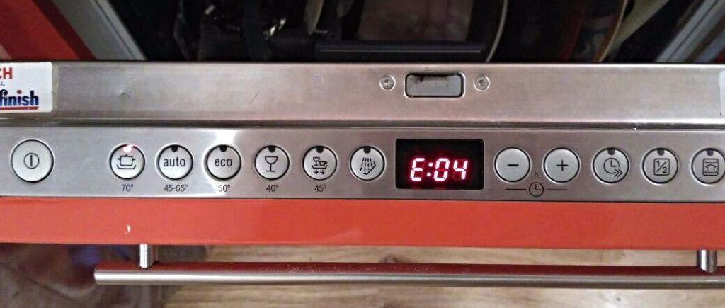 Отображение возникшей ошибки Е04 на встроенном дисплее посудомоечной машины Бош