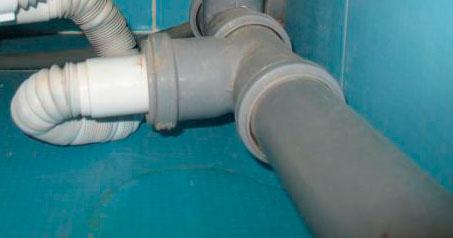 Одна из причин отсутствия сливания воды из посудомоечной машины - это засор в трубе