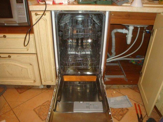 Вариант подведения коммуникаций при установке встроенной посудомоечной машины