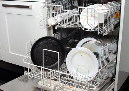 Как выглядит посуда после окончания цикла мытья в неисправной посудомоечной машине