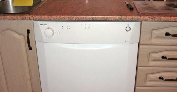 Пример установки частично встраиваемой посудомоечной машины под столешницу гарнитура