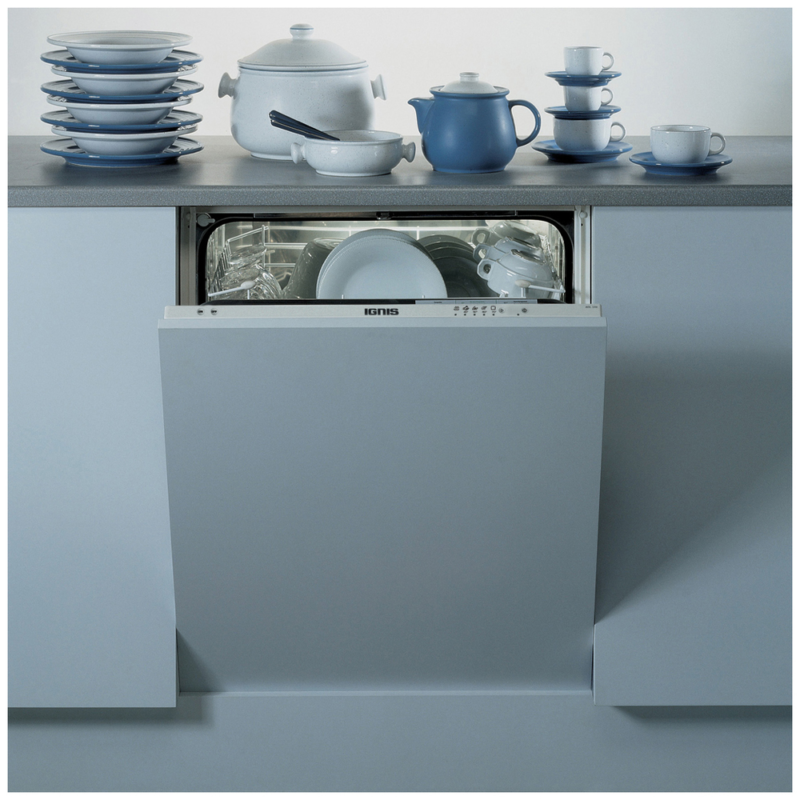 Встроенная в кухонный гарнитур посудомоечная машина и посуда в нежно голубых тонах