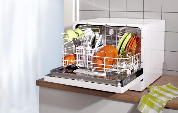 Пример расположения компактной отдельностоящей посудомоечной машины на небольшой кухне