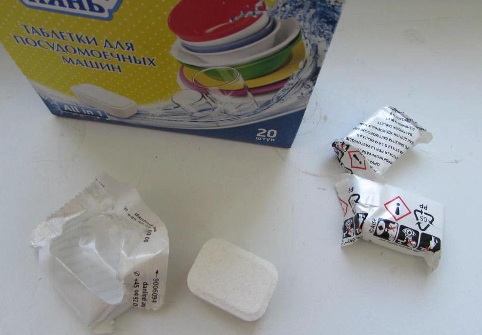 Белоснежная таблетка моющего средства для посудомоечной машины ушастый нянь без красителей