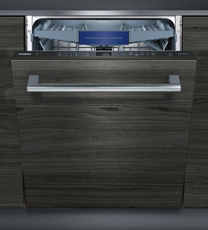 Приоткрытая модель посудомоечной машины Siemens SN 656X00 MR, встроенной в стильный кухонный гарнитур