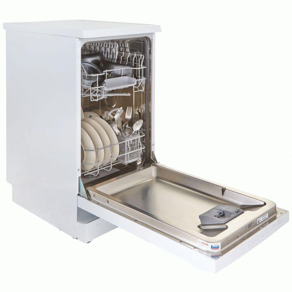 Полная загрузка узкой посудомоечной машины с двухуровневыми лотками для посуды