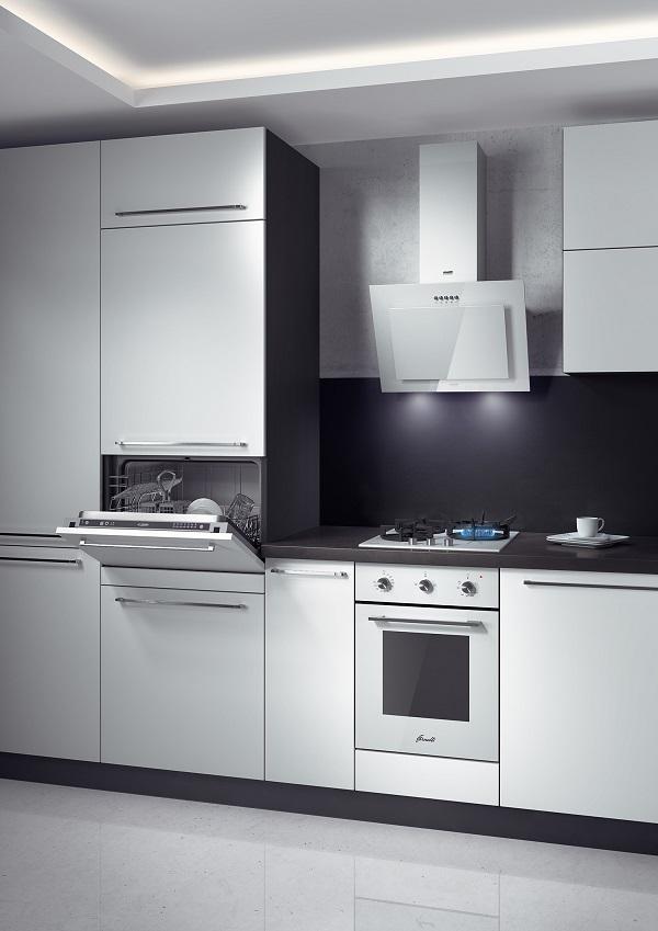 Вариант размещения компактной посудомоечной машины фирмы Флавия в кухонном гарнитуре