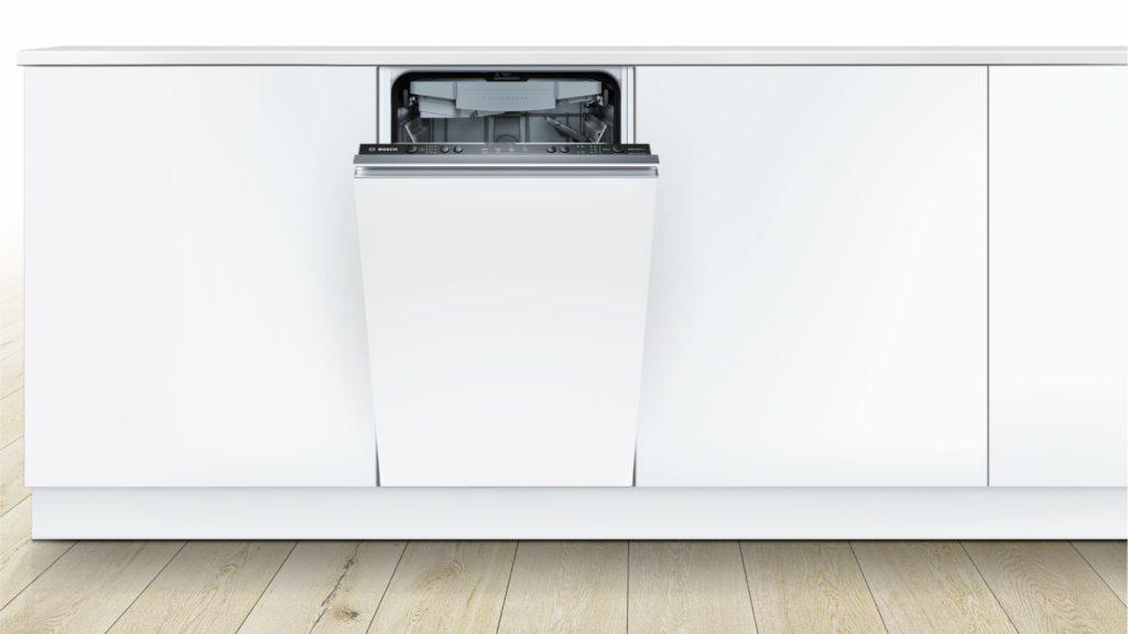 Вариант расположения встроенной посудомоечной машины Бош на светлой кухне