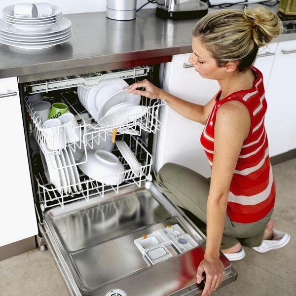 Для эффективного отмывания загрязнений с посуды важно правильно ее разместить в бункере посудомоечной машины