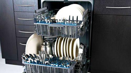Вариант распределения посуды во встроенной посудомоечной машине больших размеров