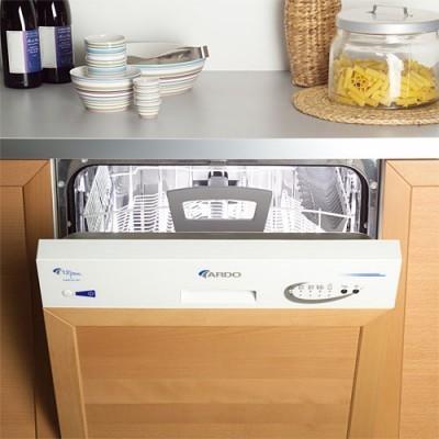 Вариант расположения встраиваемой посудомоечной машины на малогабаритной кухне