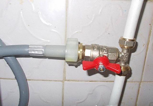 при проведении ремонтных работ необходимо перекрыть вентель подачи воды в посудомойку
