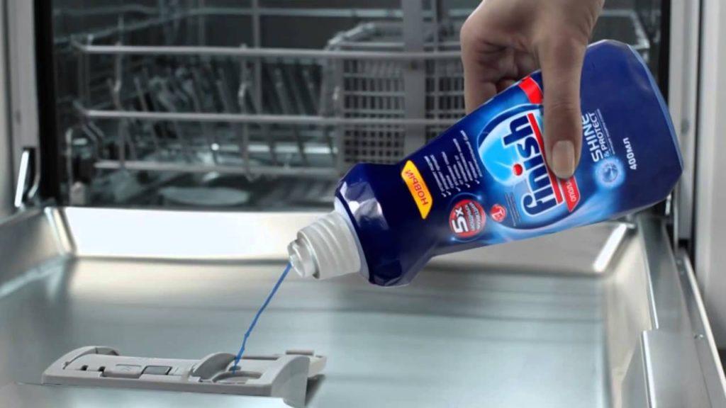 Гель Финиш для посудомоечной машины следует заливать в специальный отсек для жидких средств