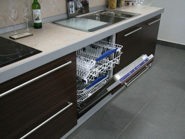 Вариант монтажа посудомоечной машины Сименс в кухонный гарнитур больших размеров