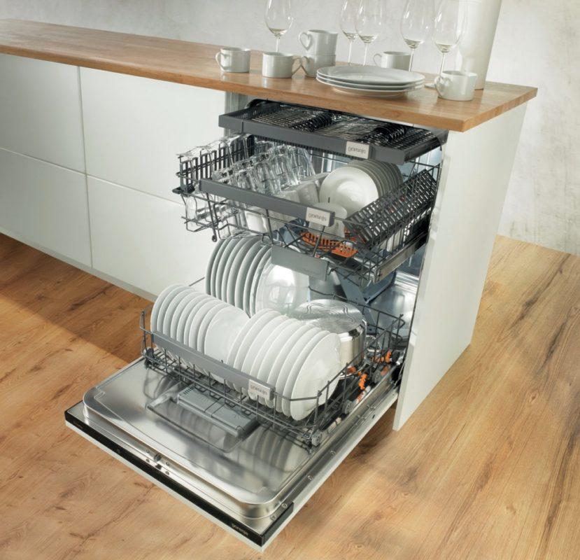 Вариант встроенной широкой посудомоечной машины Горенье с полной загрузкой трех лотков для посуды