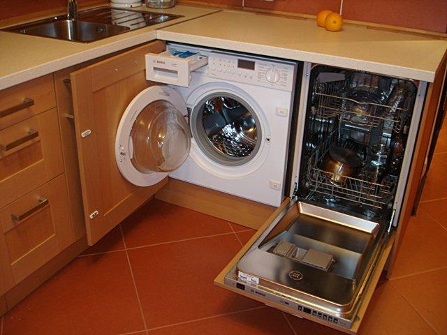 Вариант размещения встраиваемой узкой посудомоечной машине на кухне небольших размеров