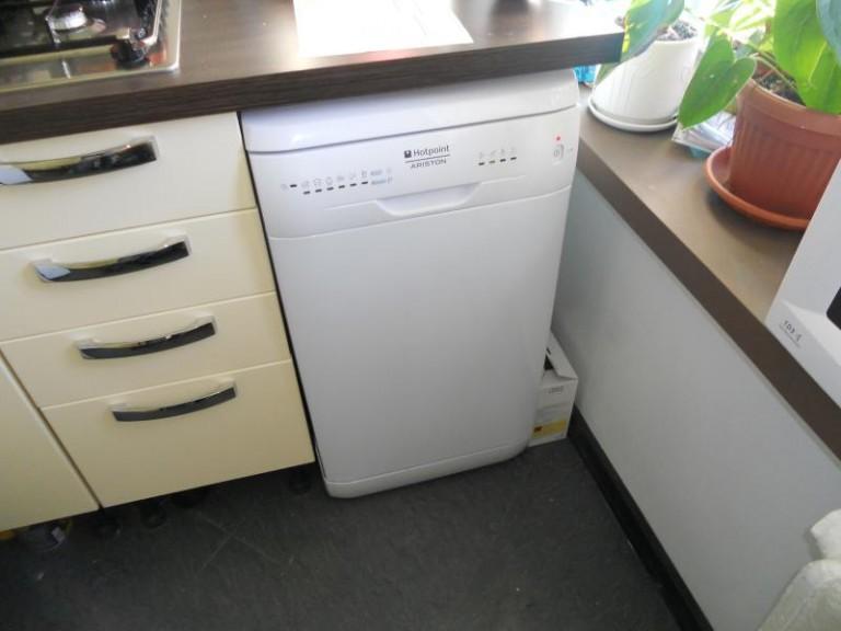 Пример установки отдельностоящей посудомоечной машины 50 см под столешницу на кухне