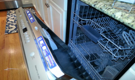 Приоткрытая дверца посудомоечной машины Бош при аварийном выключении из-за ошибки