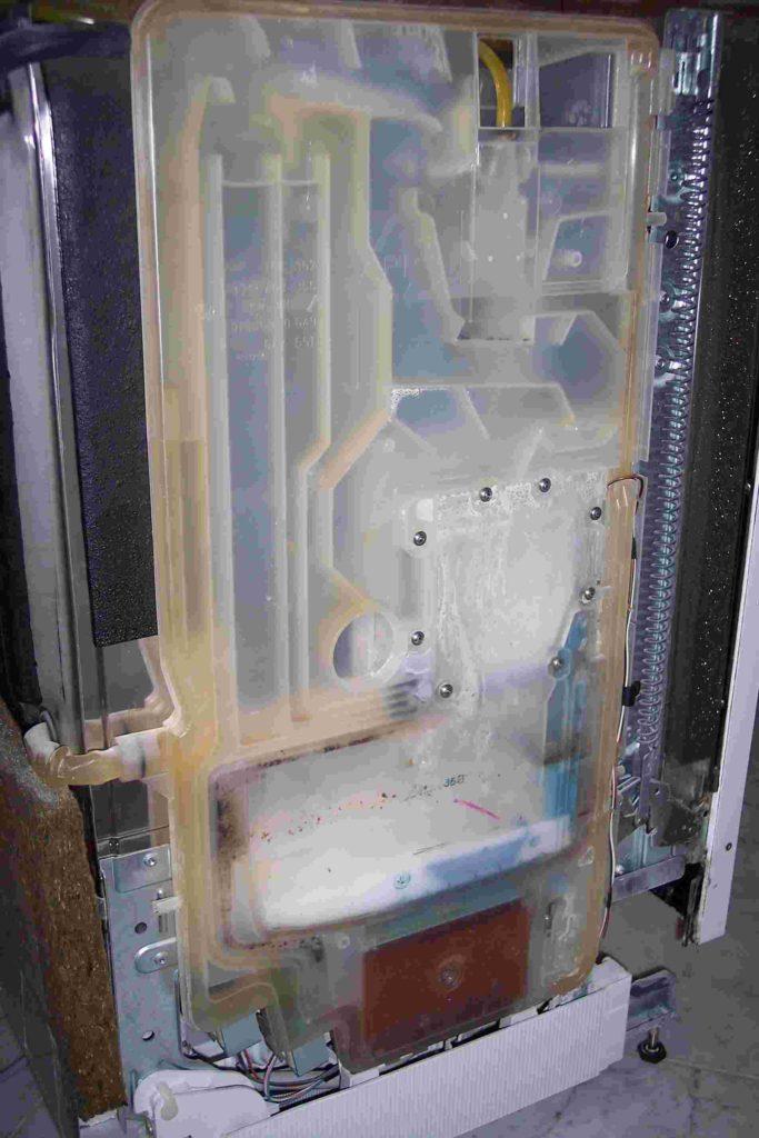 Снятие защитной крышки с обратной стороны посудомоечной машины Сименс