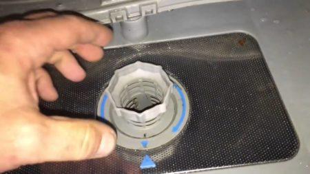 Извлечение сливного фильтра из посудомоечной машины Бош при возникновении ошибки