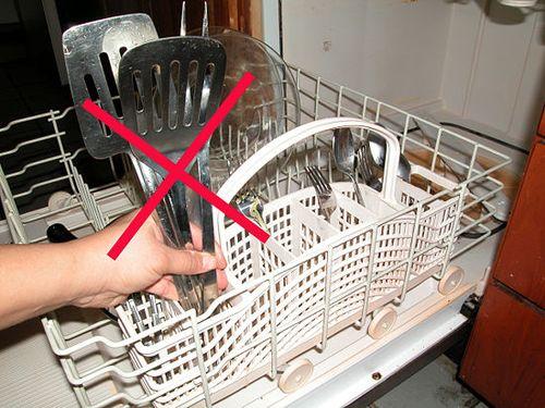 Правильное размещение посуды в бункере посудомойки способствует ее эффективному очищению