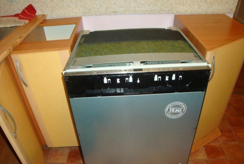 Для монтажа посудомоечной машины под столешницу, ее необходимо временно демонтировать