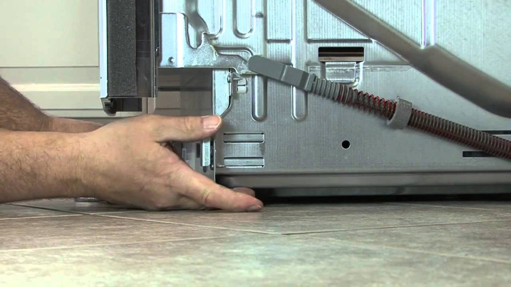 Регулировка наклона посудомоечной машины Сименс при монтаже для избежания перекосов