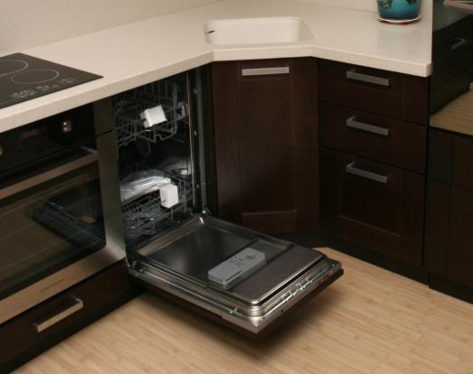 Узкая посудомоечная машина Канди, встроенная в стильный кухонный гарнитур