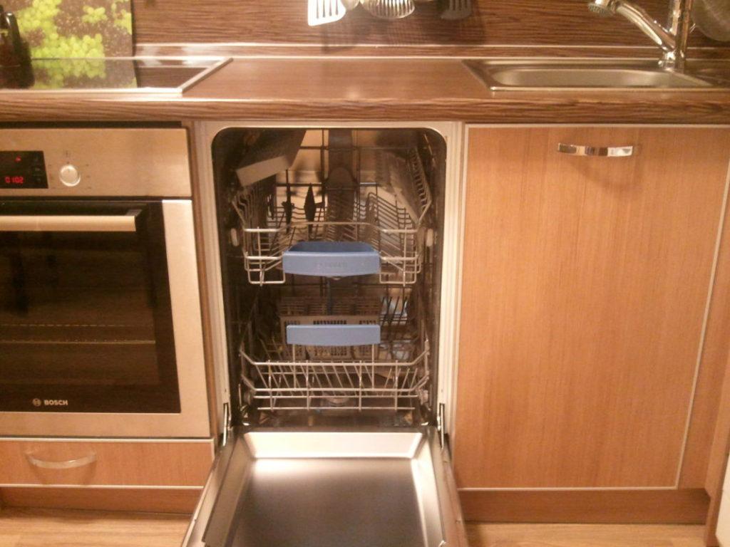 Пример размещения встравиаемой узкой посудомоечной машины между плитой и раковиной на кухне