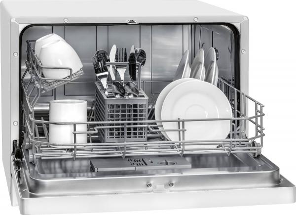 Пример загрузки лотка для посуды в компактной настолькой посудомоечной машине
