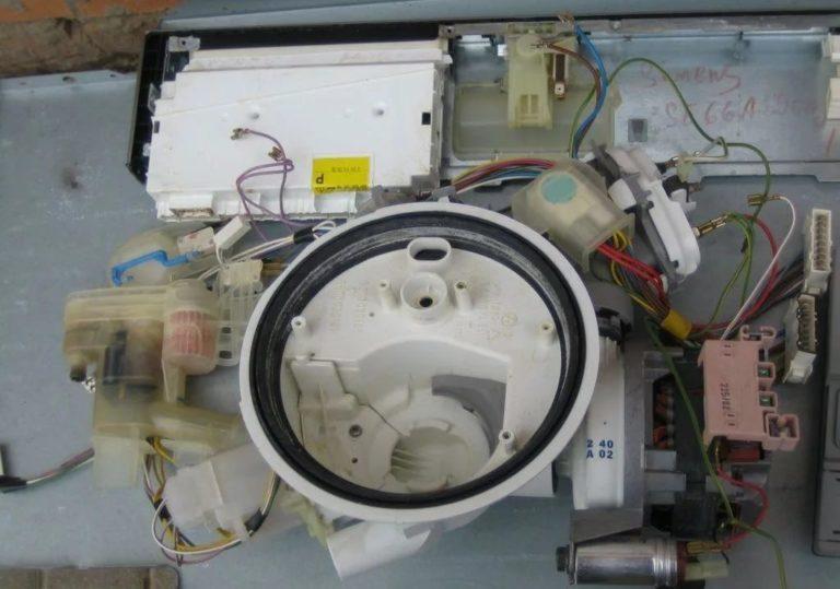 Детали разобранной неисправной посудомоечной машины Сименс