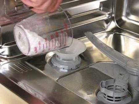 Правильное добавление соли для посудомоечной машины для устранения накипи