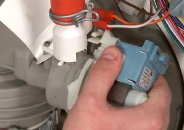 Перед совершением очистительных и ремонтных работ не забудьте отключить электричество