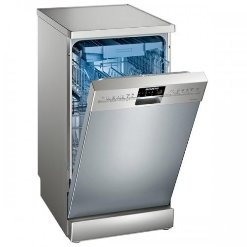 Узкая напольная посудомоечная машина может вместить в себя до 12 комплектов посуды