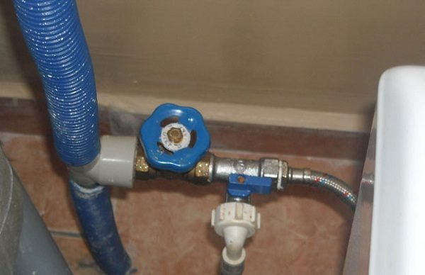 Вентель или запорный механизм для подключения посудомойки к водопроводу должен подбираться отдельно