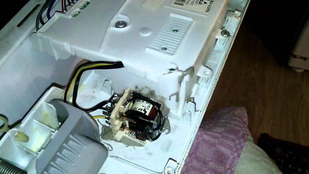Доступ к прессостату в посудомоечной машины для его отсоединения и извлечения