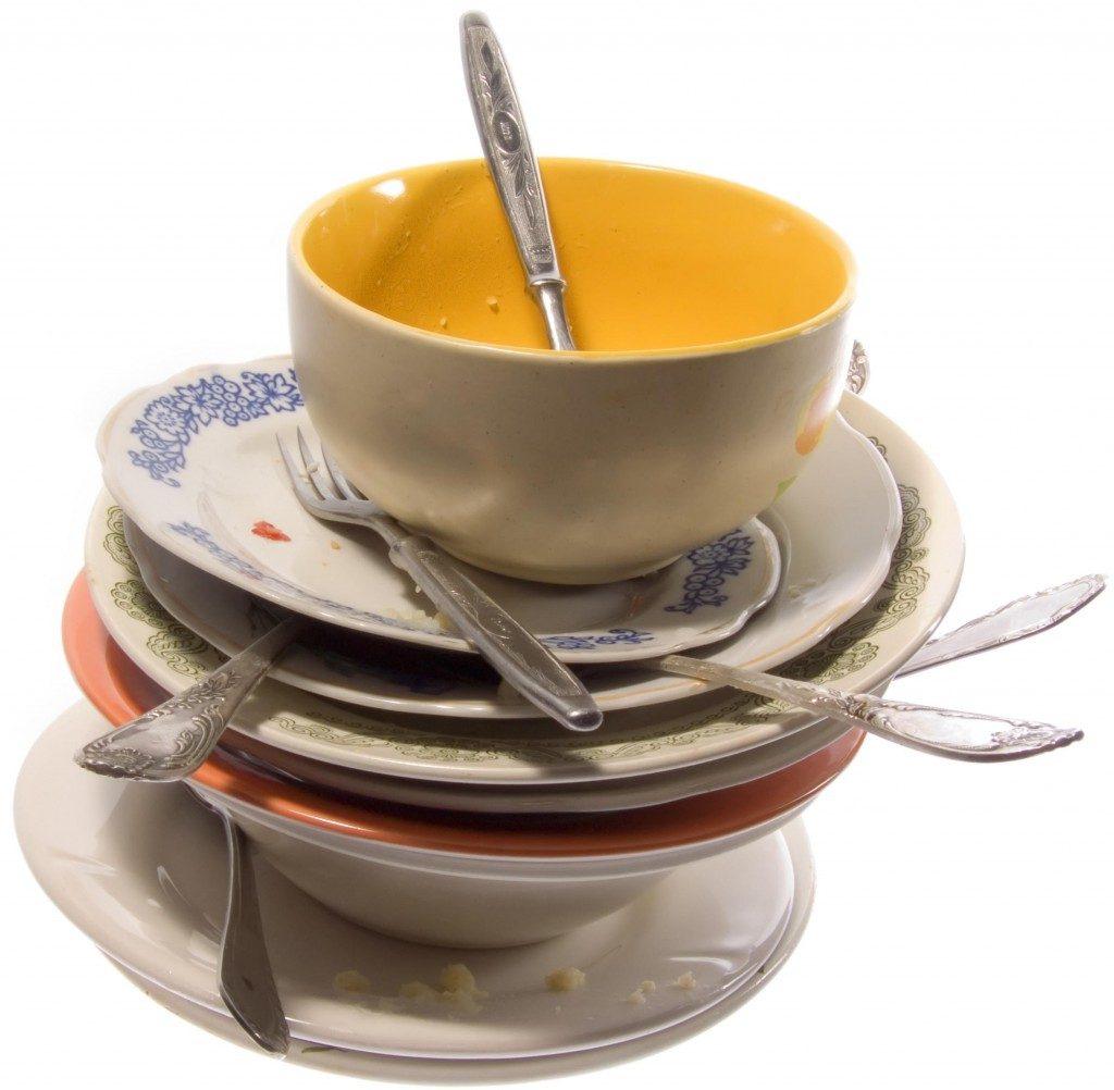 В домах накапливается столько грязной посуды, что ее попросту становится некуда девать