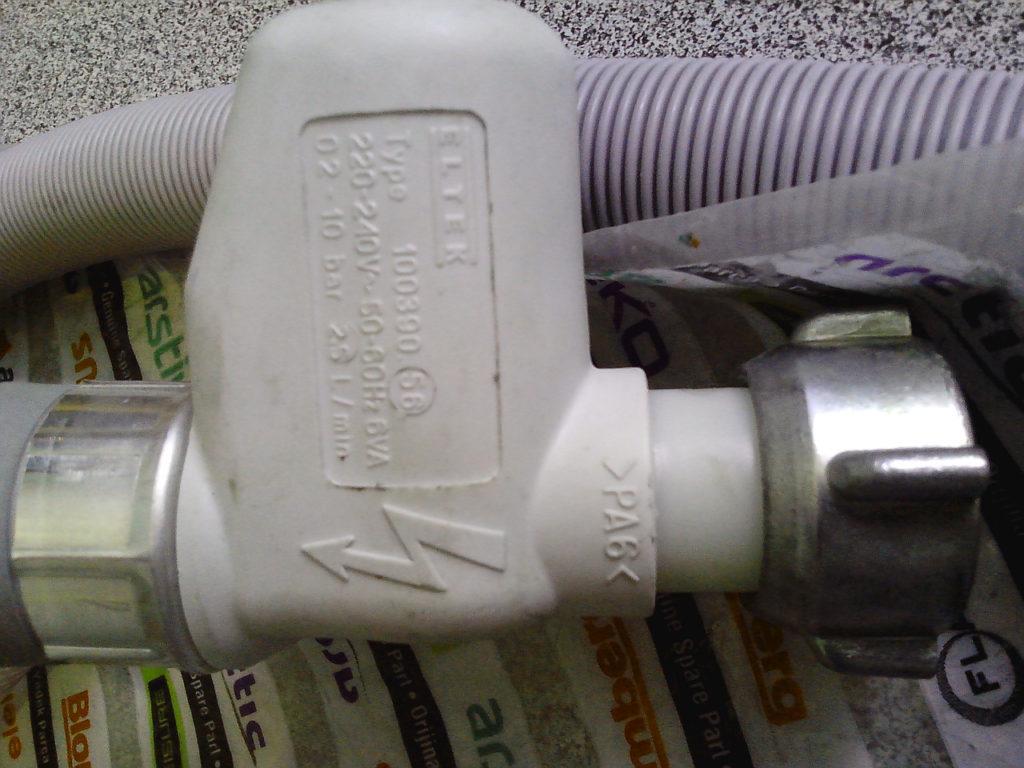 Неисправный аквастоп может послужить причиной отсутствия подачи воды в посудомоечную машину