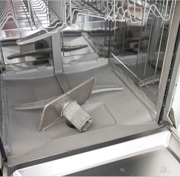 Ручная чистка посудомоечной машины важна и начинать следует с очистки фильтра