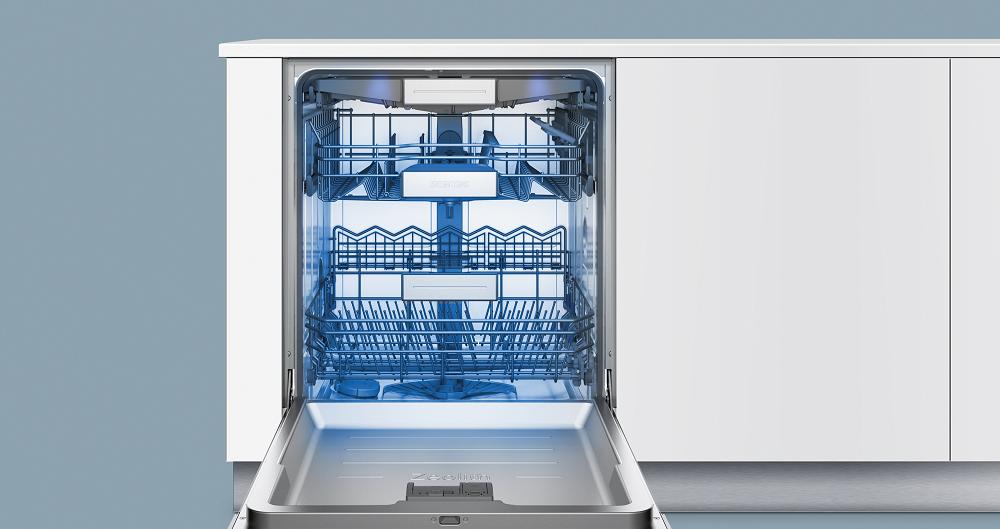 Полностью открытая модель посудомоечной машины Siemens SN 678X50 TR с голубой подсветкой